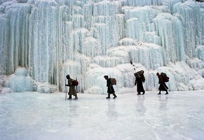 Le froid a figé une cascade sur une rivière gelé du Zanskar en hiver (Himalaya indien)